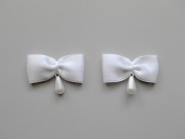 Satinschleife mit Perlenanhänger Nr. 80283, Farbe weiß, Größe ca. 3,5 x 2,5 cm