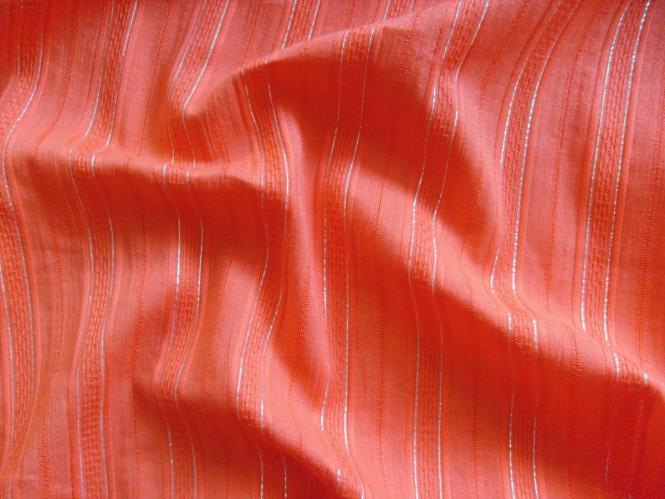 Baumwollstoff V3547 in orangerot mit silbernen Lurexstreifen