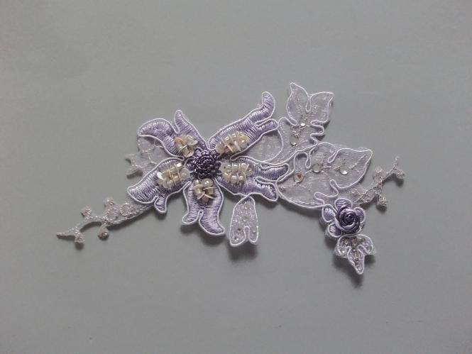 Blumenapplikation Nr. 56057724-03 mit Strasssteinen und Satinrose, Farbe 03 lila