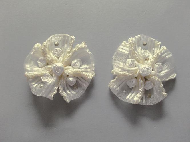 Blumenapplikation Nr. 56058846-01 mit Satinrosen und Strasssteinen, Farbe 01 ivory