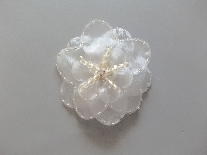 Chiffon-Blumenapplikation Nr. S 504-01 mit Perlen und Strasssteinen, Farbe 01 weiß-ivory