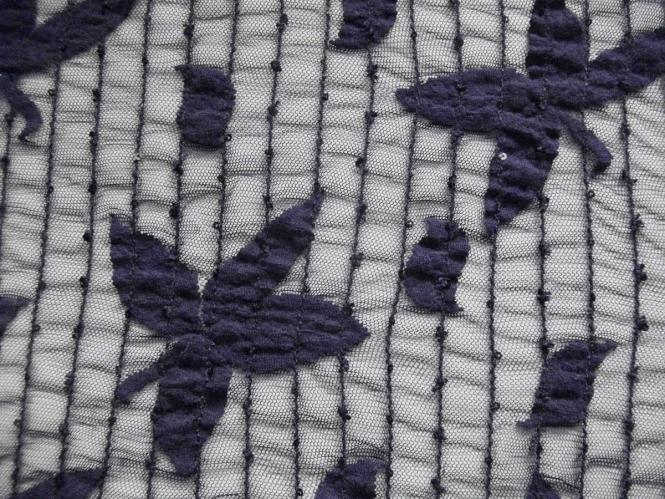 Spitzenstoff elastisch 464370 in dunkellila mit aufgenähten Pailletten
