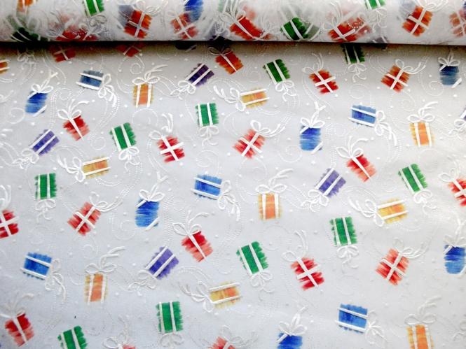 Weihnachtsorganza L8113-204 weiß mit bunten Geschenkpäckchen